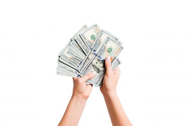 여성의 손에 돈을 번들의 상위 뷰