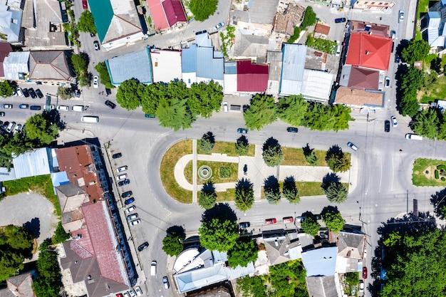Вид сверху на городскую площадь в гори, грузия