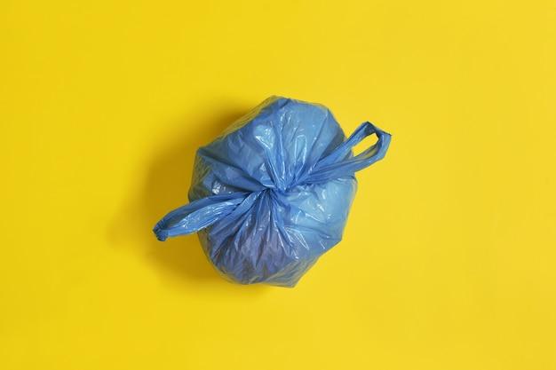 Вид сверху на закрытый синий мешок для мусора