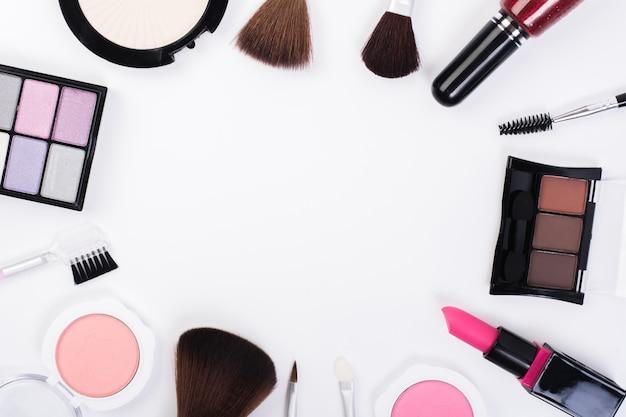 白い背景に空白の周りに配置された化粧品美容製品のコレクションのトップビュー。