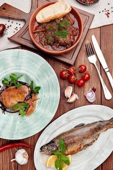広告のためのレストランのメニューの調理された料理の上面図