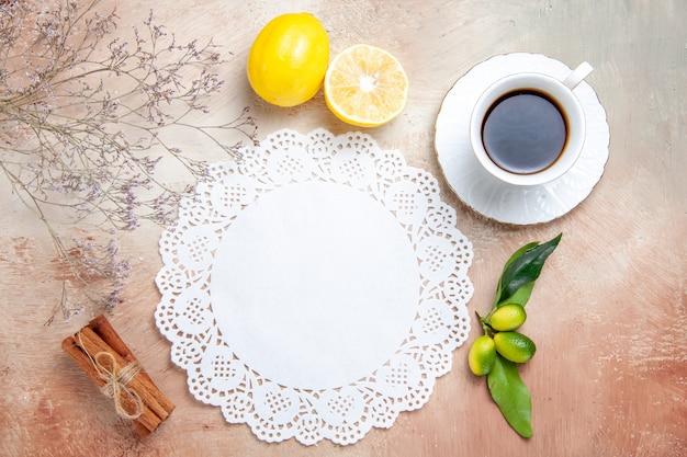 白い装飾されたナプキンに紅茶のカップの上面図