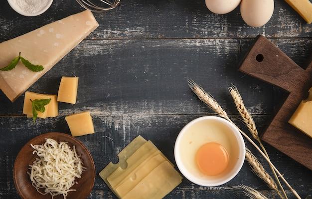 복사 공간이 있는 테이블에 호두, 계란, 밀가루를 넣은 맛있는 치즈 플래터의 위쪽 전망