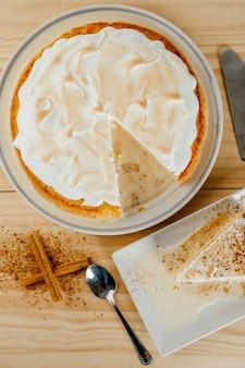 おいしい3つのミルクケーキと小さなシナモンの典型的なラテンアメリカのデザートの上面図