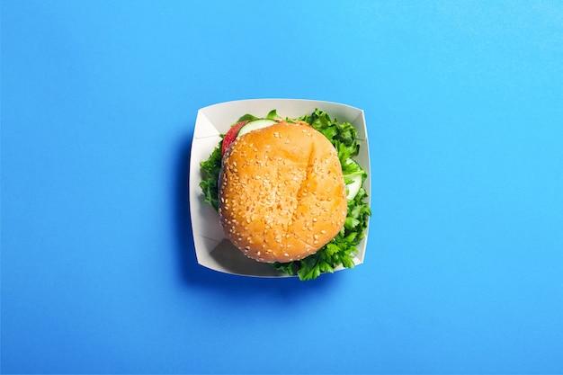 ボックスで新鮮なハンバーガーのトップビュー