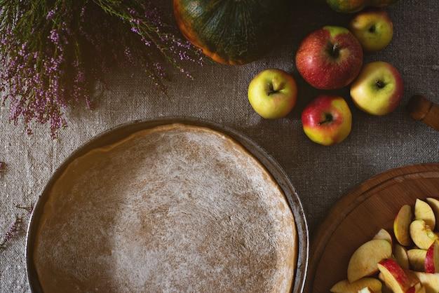 パイ生地、リンゴとカボチャの花瓶とフライパンの上面図