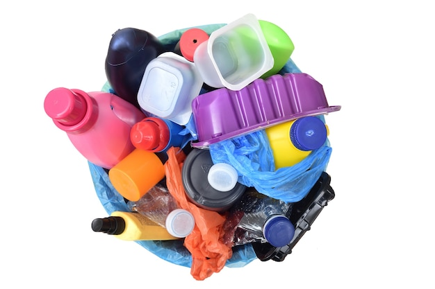 Вид сверху мусора с пластиковыми контейнерами, бутылками, мешками