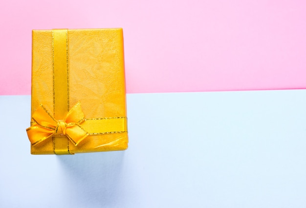 Вид сверху подарочной коробке с лентой