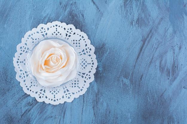 물과 분홍 장미가 든 유리 컵의 꼭대기.