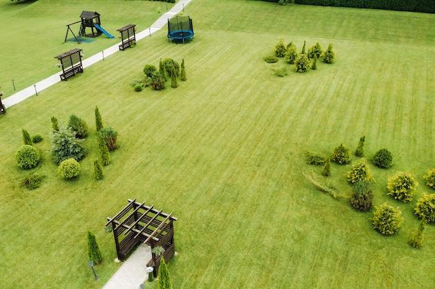 シーティングエリアと庭園のある緑の芝生の上面図
