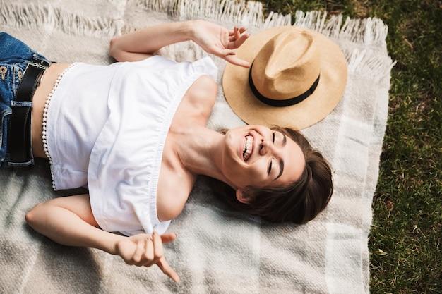 毛布の上に横たわって幸せな少女の上面図