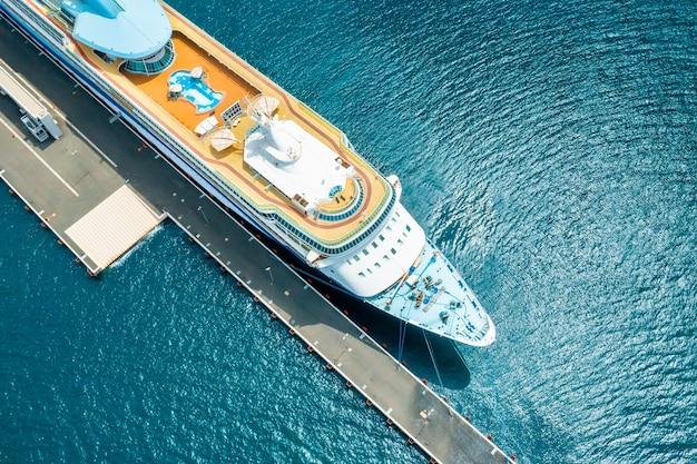 아드리아 해의 마리나에 수영장이 정박해 있는 대형 유람선의 상단 전망