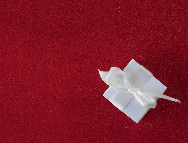 리본이 달린 작은 whitegift 상자의 상위 뷰. 크리스마스 휴일을위한 선물 상자,