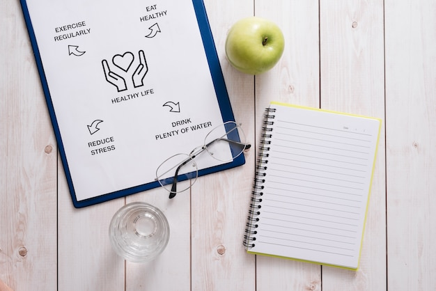 木製の机の上の食事プランの概念の上面図