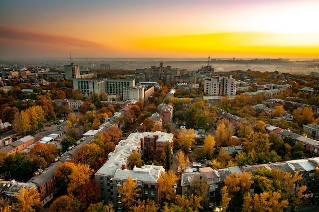 따뜻한 가을 날에 yellowed 나무와 현대적인 고층 집의 최고 볼 수 있습니다.