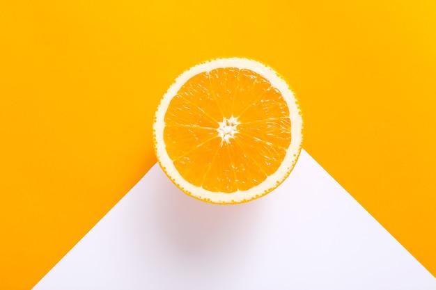 Вид сверху одной дольки апельсина на ярком
