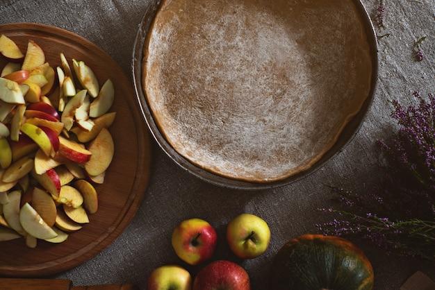 パイ生地の鍋、リンゴとカボチャのスライドが付いたボードの上面図