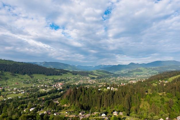 Вид сверху на живописное поселение в горах утром