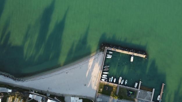 Вид сверху на пирс у моря, снятый в дневное время