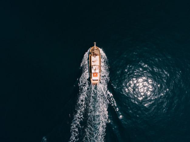 人と帆船の上面図。