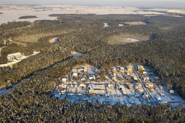ミンスク近くの森の冬の夏の村の平面図。ベラルーシ。
