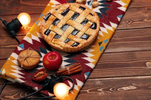 Вид сверху пирога благодарения на коричневый деревянный стол