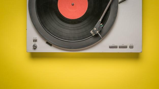 白い背景で隔離のビニールレコードプレーヤーの上面図。音楽を再生するためのレトロな機器。
