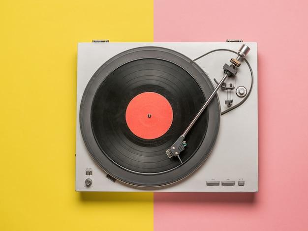 赤と黄色の表面のビニールレコードプレーヤーの上面図