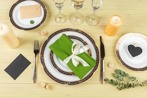 装飾が施された結婚式のテーブルセッティングの上面図