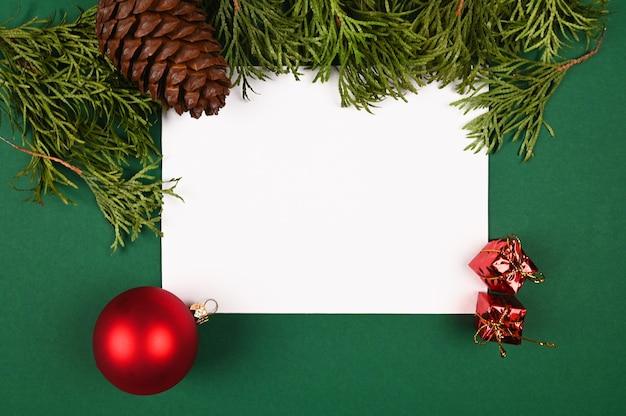 Вид сверху на белый лист бумаги с новогодней темой.