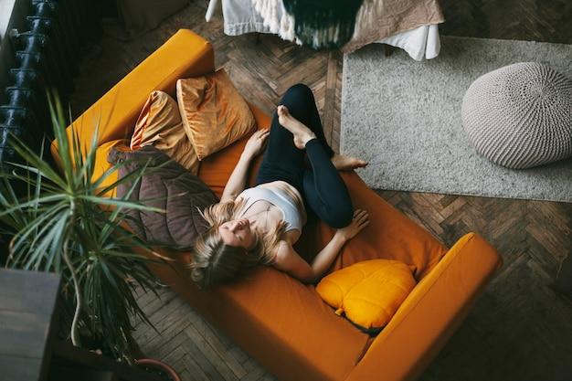 ソファの上の蓮華座に座っている女性の上面図