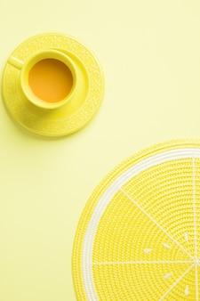 黄色のお茶と黄色のレモンランチョンマットの上面図