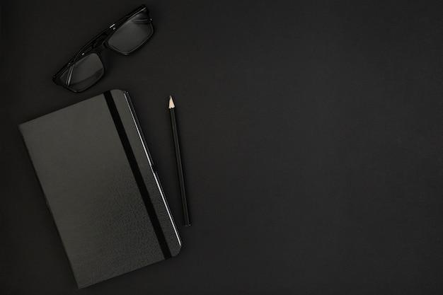Вид сверху повестки дня очки и карандаш