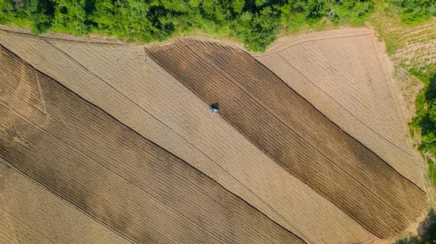 Вид сверху сельскохозяйственных тракторов, работающих