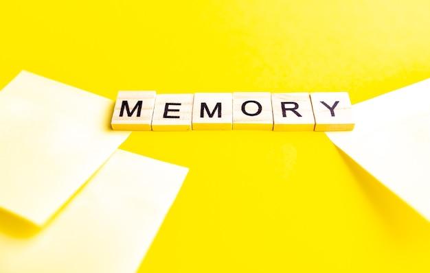 노란색 바탕에 글자와 알파벳 블록의 상위 뷰. 비문 메모리.