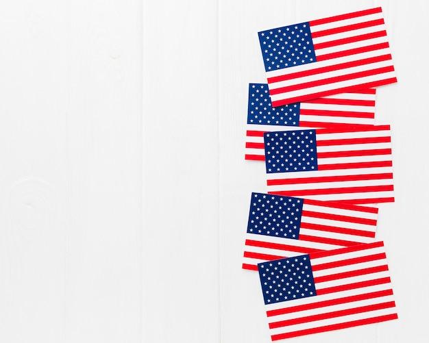 Вид сверху американских флагов с копией пространства