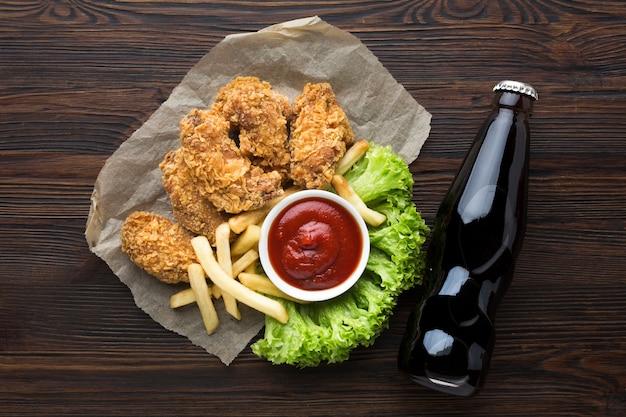 Вид сверху американской еды и соды