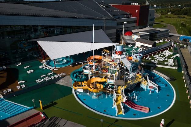 Вид сверху на крытый аквапарк с горками и бассейном в минске, беларусь.