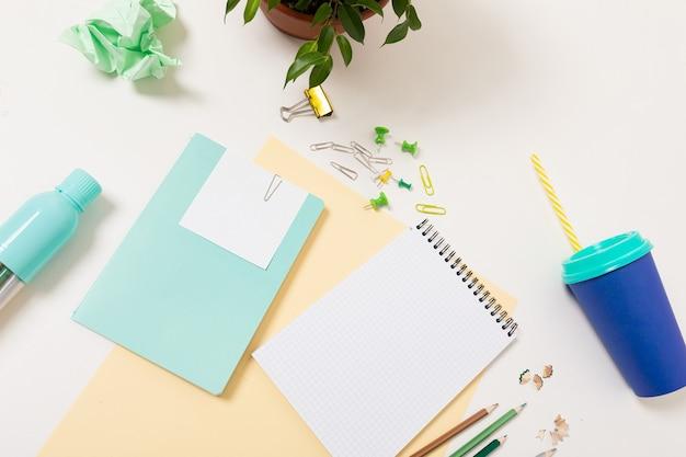サラリーマンのための文房具付き事務机の上面図