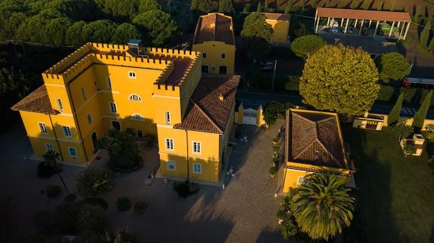 토스카나 지역에 있는 오래된 노란색 빌라의 최고 전망. 이탈리아.