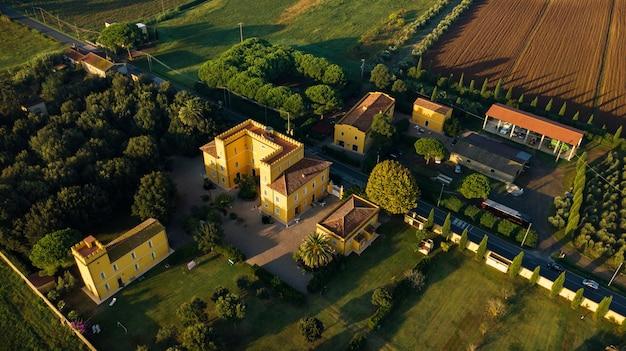 トスカーナ地方の古い黄色い別荘の平面図。イタリア。