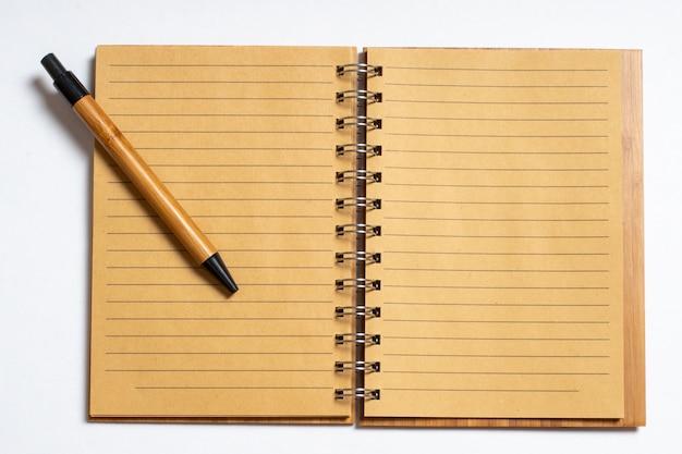 白のペンまたは鉛筆で開いているノートブックの上面図