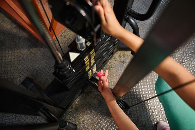 ブロックジム設備に体重を設定している認識できない女性アスリートの上面図