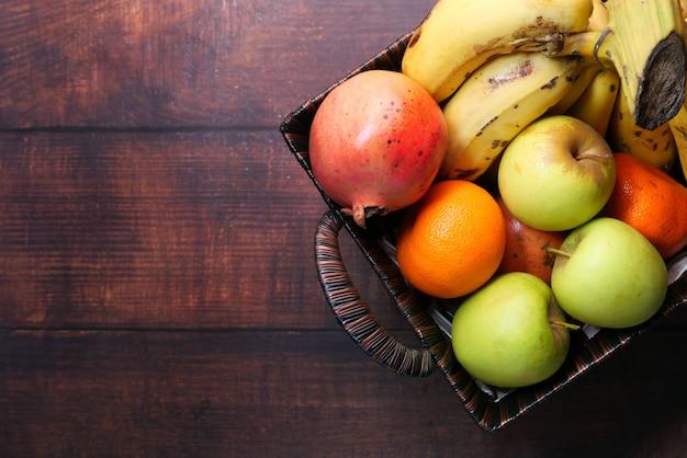 テーブルの上のボウルにリンゴ、バナナ、オレンジの上面図。
