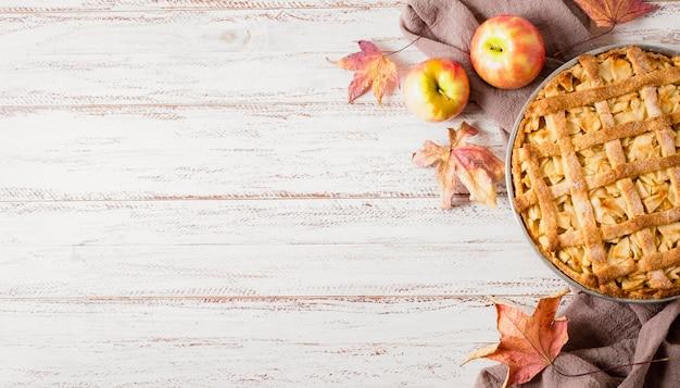 コピースペースと感謝祭のためのアップルパイのトップビュー