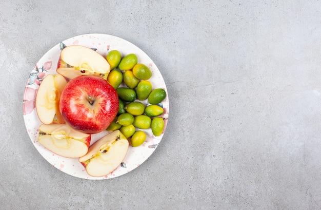 금귤과 사과 조각의 상위 뷰