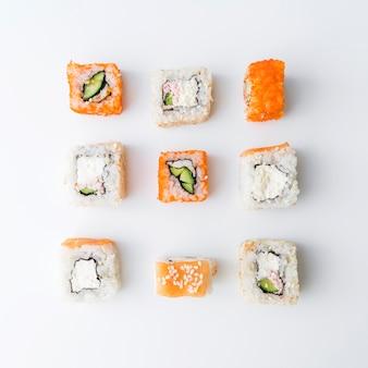 Вид сверху на организованный ассортимент суши