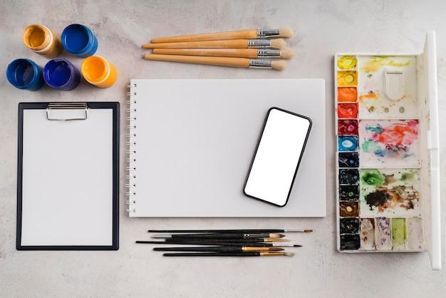 Вид сверху концепции рабочего стола художника с копией пространства