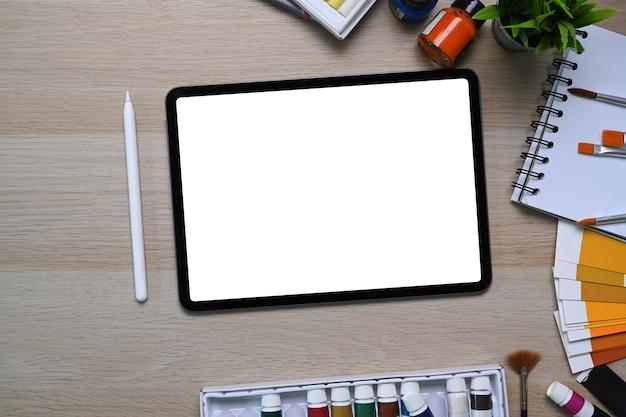 Вид сверху художника или дизайнера на рабочем месте с цифровым планшетом