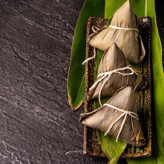 アジアの中国の自家製zongziの上面図-ドラゴンボートフェスティバルの餃子料理